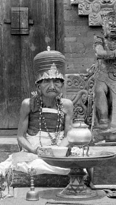 Balinese hoge priester. Zwart wit foto. De priester draagt traditionele kledij, bezet met o.a. goud en bergkristal. Bali, Indonesië.