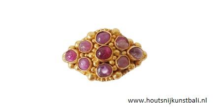 gouden ring met robijn, Bali Indonesië, 19e eeuw. De robijnen hebben een typische rood / roze kleur.